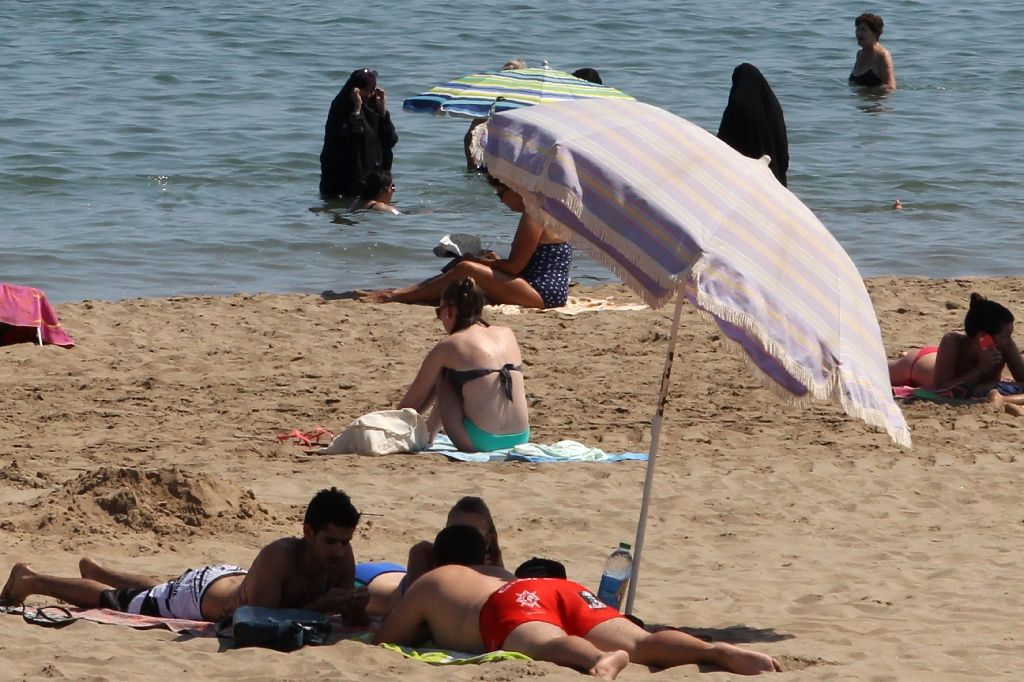 French court suspends burkini ban - Egypt Independent