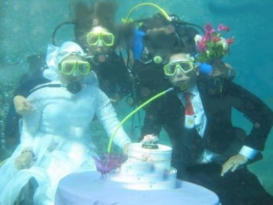 Egyptian couple dons diving gear to marry underwater - Egypt