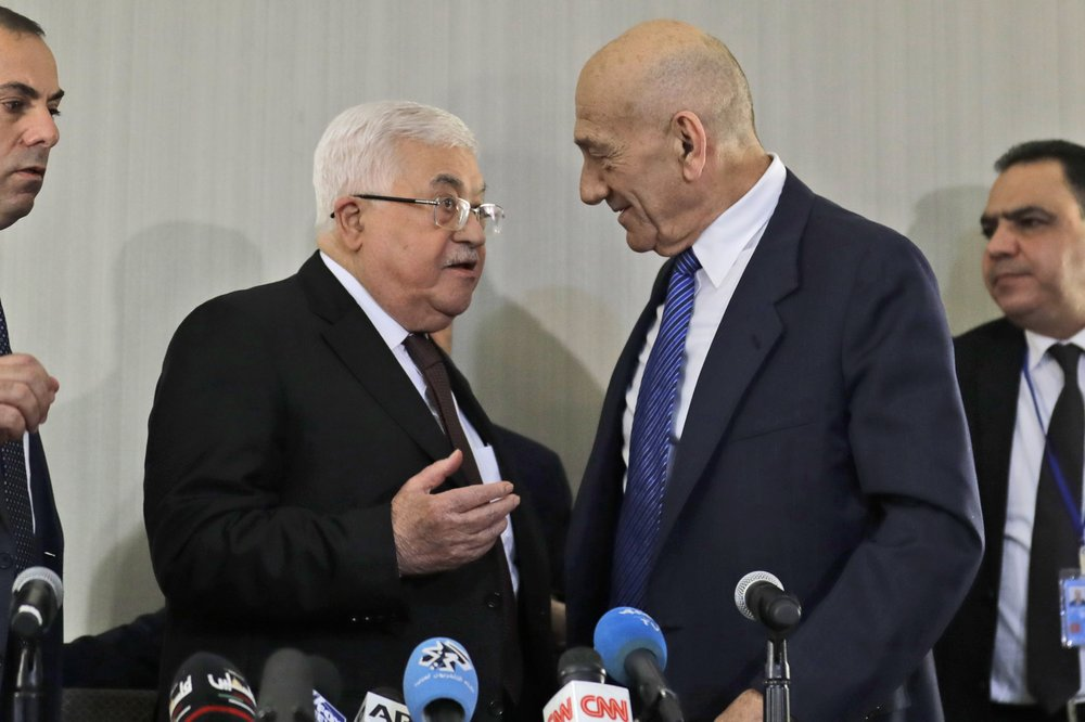 Netanyahu livid as Olmert meets Abbas, urges direct peace talks with PA